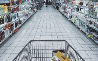 A shopping trolley in a supermarket | Photo credit: Oleg Magni, pexels.com